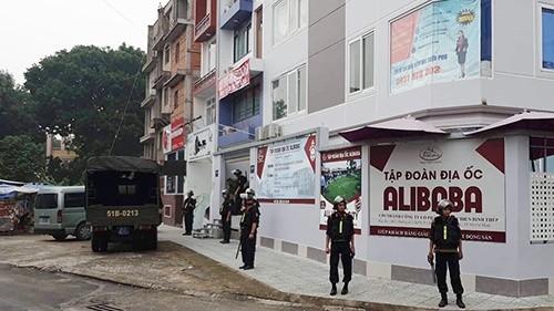 Lực lượng cảnh sát khám xét chi nhánh Alibaba chiều 20/9 (Hình: VnExpress.net).
