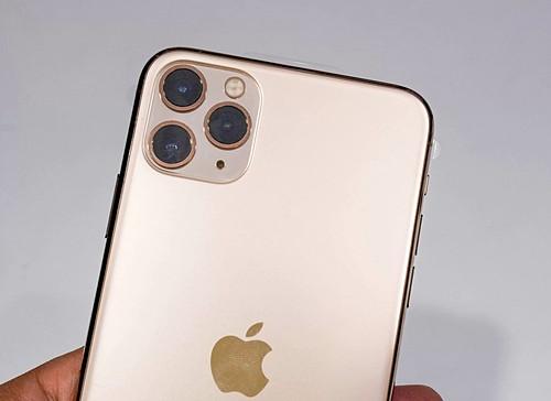Thu hút nhiiều chú ý nhưng giá iPhone 11 Pro Max vẫn rớt mạnh. Ảnh: Huy Đức.