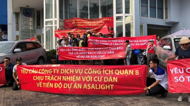 Khách hàng tại TP Hồ Chí Minh căng băng rôn phản đối dấu hiệu vi phạm của một dự án bất động sản