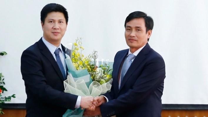 Thứ trưởng Trần Quý Kiên trao quyết định và chúc mừng đồng chí Nguyễn Quế Lâm