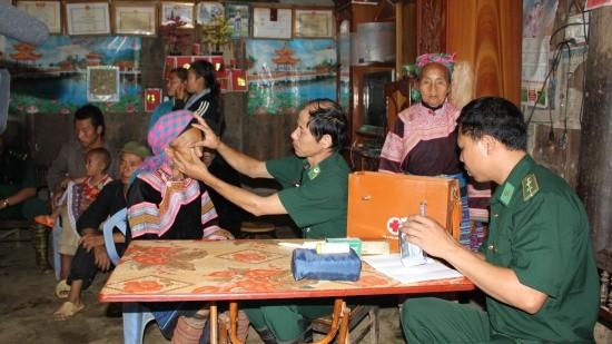 Quân y Đồn Biên phòng Pha Long, BĐBP Lào Cai khám chữa bệnh cho người dân.Ảnh: Thành Chung