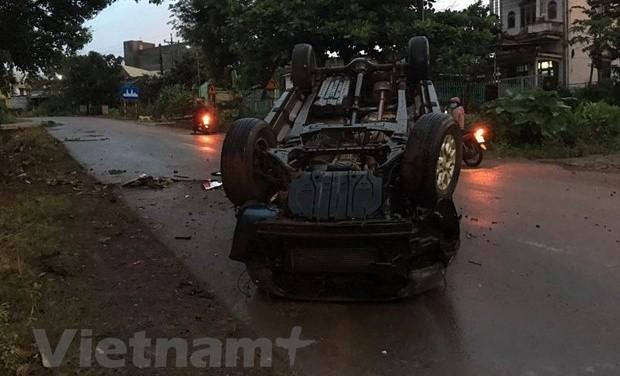 Xe ôtô bị lật trong mưa lớn, người dân phá cửa giải cứu tài xế