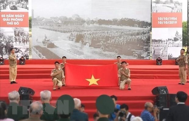 """Tái hiện """"Lễ chào cờ lịch sử"""" Ngày giải phóng thủ đô. (Ảnh: Thanh Tùng/TTXVN)"""