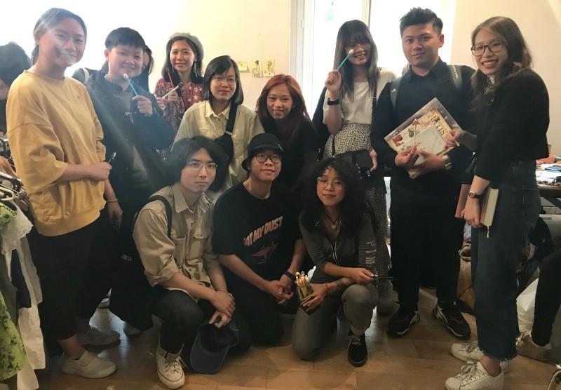 Những người trẻ bán đồ cũ Việt Nam trên đất Pháp