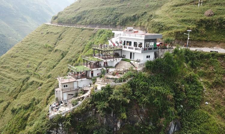 Nhà hàng, nhà nghỉ Panorama trên đèo Mã Pì Lèng. Ảnh: Hoàng Dương