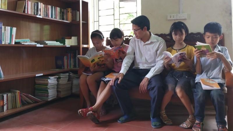 Anh Thiện và các em học sinh trong thư viện