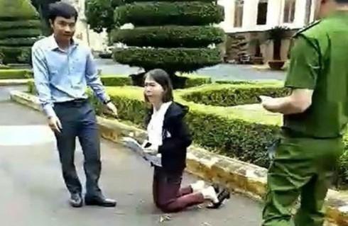 Hình ảnh giáo viên Hoa Anh quỳ gối để chờ gặp lãnh đạo UBND tỉnh Đắk Lắk vào tháng 8/2019. Ảnh infonet