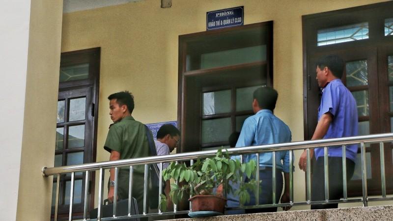 Lực lượng chức năng khám xét Sở Giáo dục và Đào tạo Hòa Bình hồi tháng 8/2018
