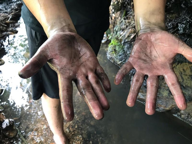 Ngày 14/10, kênh dẫn nước vào Nhà máy nước sạch sông Đà gần một km vẫn có dầu lẫn vào nước