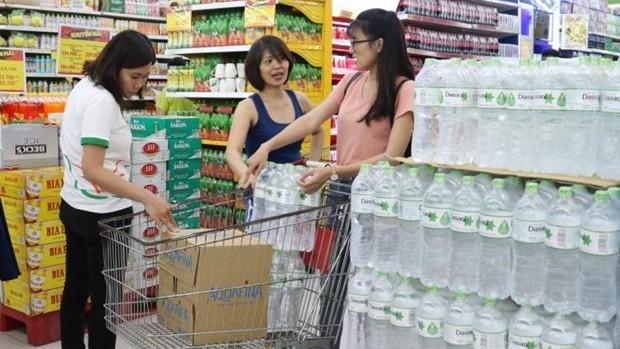 Mặt hàng nước lọc đóng chai luôn đặc sắp xếp tại vị trí thuận tiện, dễ dàng nhìn thấy nhất tại siêu thị. (Ảnh: Lê Hương/Vietnam+)