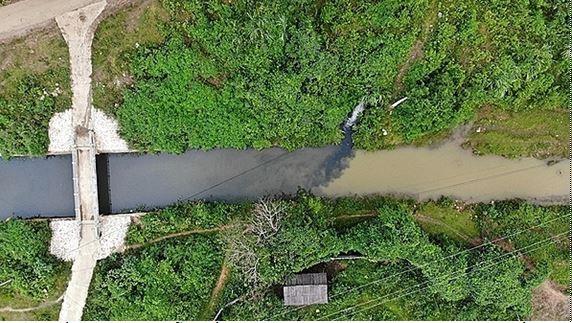 Nguồn nước ô nhiễm dầu thải từ khe núihuyện Kỳ Sơn chảy về kênh dẫn nướccủa Nhà máy sông Đà.