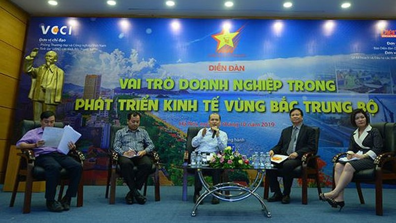 Các chuyên gia và đại diện một số tỉnh Bắc Trung bộ tìm giải pháp phát triển kinh tế vùng