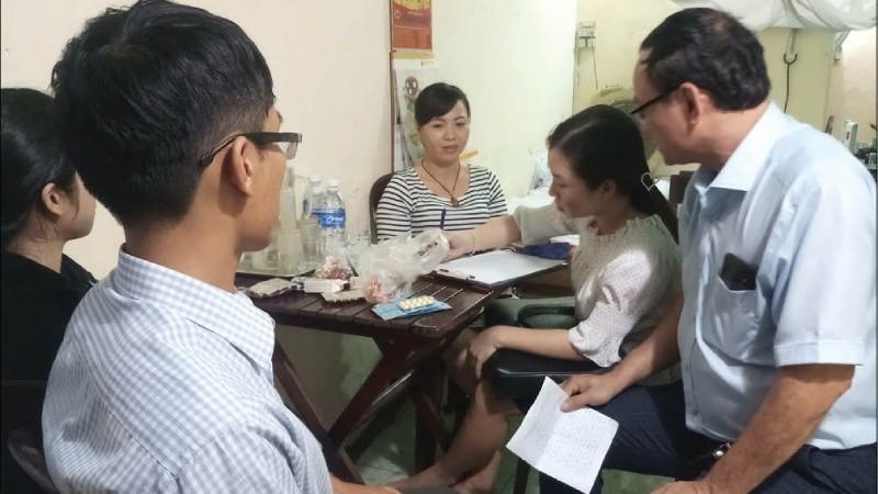 Đoàn thanh tra Sở Y tế kiểm tra lập biên bản vi phạm với bà Hoàng Thị Lệ (Hình: Hải Huế)