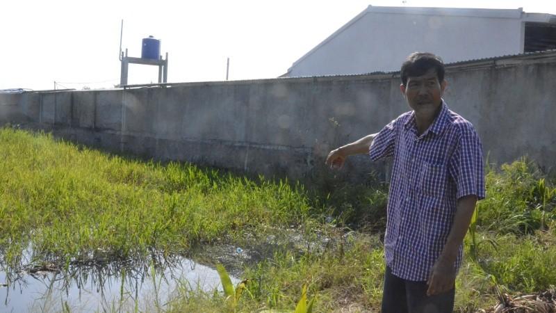 Nông dân Lê Tấn Màng chỉ rõ nơi Khang Lộc xả nước thải chưa qua xử lý trực tiếp ra môi trường