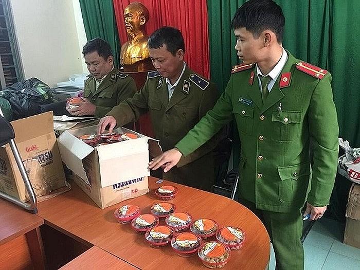 Lực lượng QLTT phối hợp với Công an kiểm tra hàng hóa lưu thông