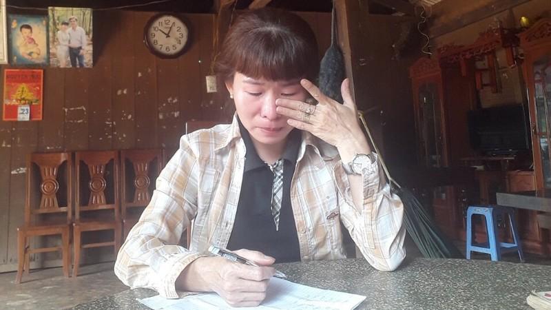 Chị Chu Thị Huyền (mẹ bị can Nhân) bức xúc phản đối việc con mình bị bắt tạm giam khi chưa đủ 18 tuổi