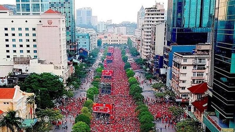 Dự kiến hơn 70.000 khán giả sẽ có mặt tại đại lộ Nguyễn Huệ để cổ vũ cho trận VN-UAE tối ngày 14/11. Ảnh: Hoàng Hùng