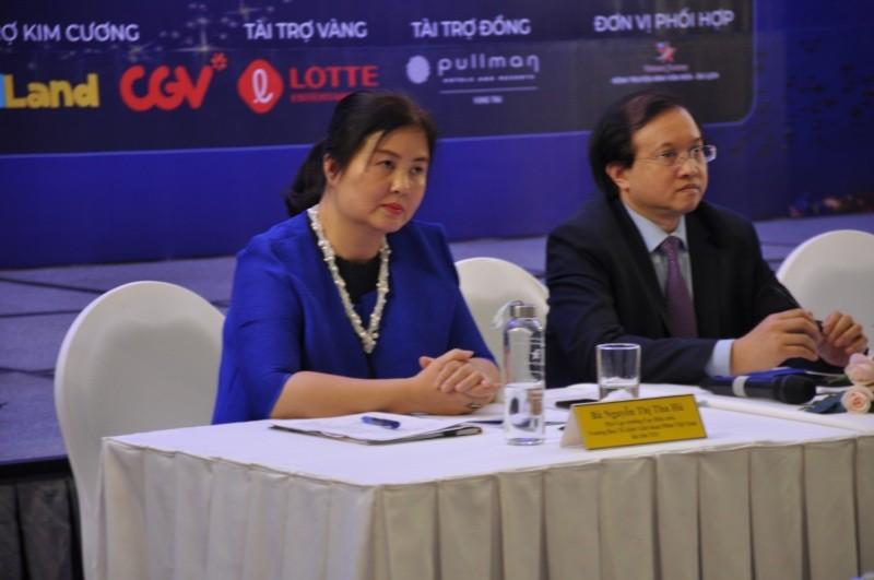 Bà Nguyễn Thị Thu Hà (bên trái), Trưởng ban tổ chức LHP tại cuộc họp báo