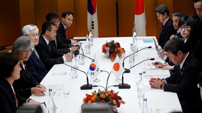 Phái đoàn Nhật Bản và Hàn Quốc tại cuộc họp vừa diễn ra. Ảnh AFP