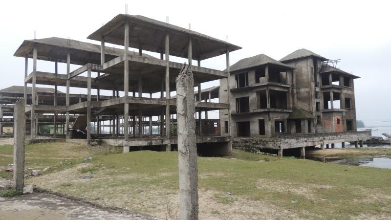 """Hàng loạt """"siêu dự án"""" """"đắp chiếu"""" ven biển Thừa Thiên - Huế: Ngân sách tốn 40 tỷ làm đường dẫn vào… bãi đất bỏ hoang"""