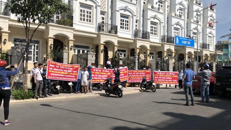Hàng chục khách hàng căng băng rôn tố cáo lừa đảo, yêu cầu Tiên Phong Land trả lại tiền