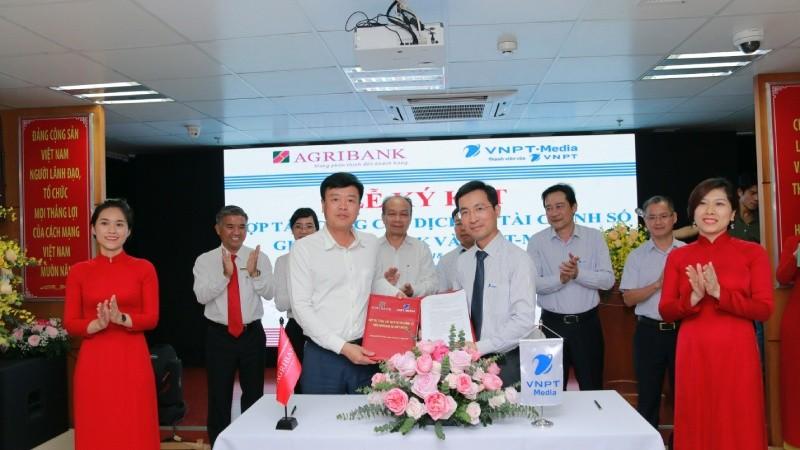 Ông Nguyễn Hải Long - Phó Tổng Giám đốc Agribank và Ông Dương Thành Long - Tổng Giám đốc VNPT - Media ( phải) ký kết hợp tác