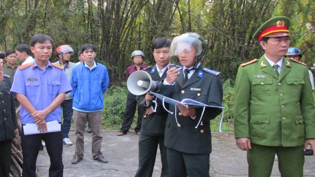Lực lượng chức năng cưỡng chế một vụ thi hành án dân sự (Hình minh họa)