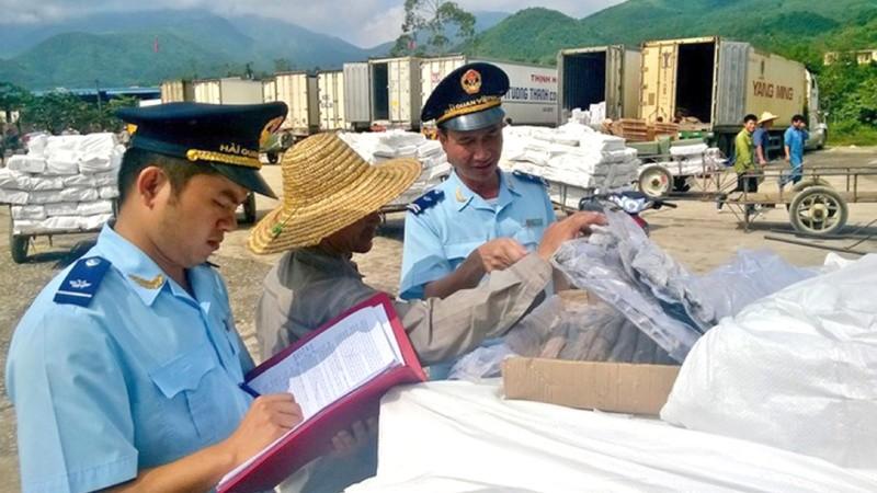 Lực lượng chức năng kiểm tra hàng hóa chống gian lận xuất xứ