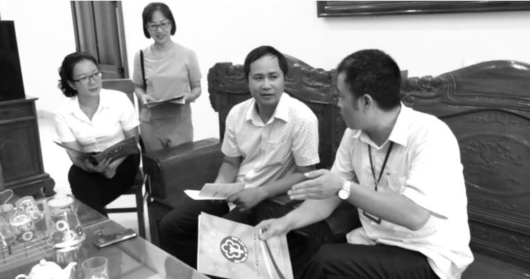 """Anh Trần Minh Tuấn (ngồi giữa) chia sẻ: """"Anh tham gia BHXH tự nguyện để về già có lương hưu, không phiền đến con cái"""""""