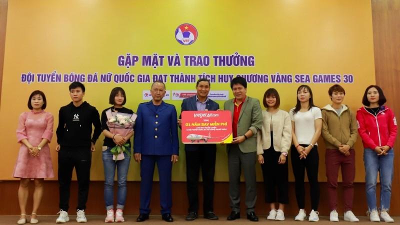Vietjet trao phần thưởng 1 năm bay miễn phí tới hai đội tuyển bóng đá nam nữ vô địch SEA Games
