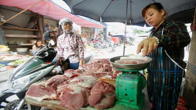 Nhập khẩu thịt lợn để bình ổn giá: Liệu có khả thi?
