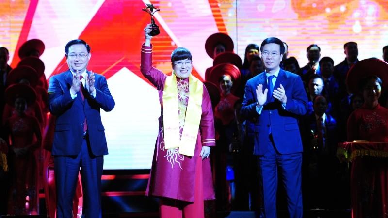 CEO Lưu Thị Thanh Mẫu nhận giải thưởng Sao Đỏ 2019