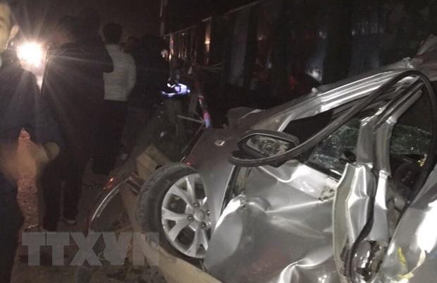 Taxi kẹt vào đường ray khi tàu chở hàng đang tới, lái xe tử vong