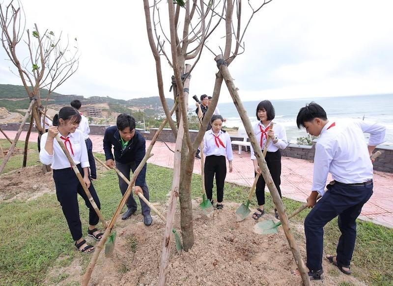 Các em học sinh và đoàn thanh niên tỉnh Bình Định tham gia trồng cây, chung tay bảo vệ môi trường tỉnh Bình Định
