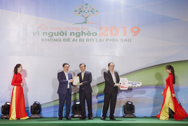 Phó Thủ tướng Vương Đình Huệ trao lời cảm ơn của chương trình cho đại diện MobiFone ông Nguyễn Đình Chiến - thành viên HĐTV MobiFone