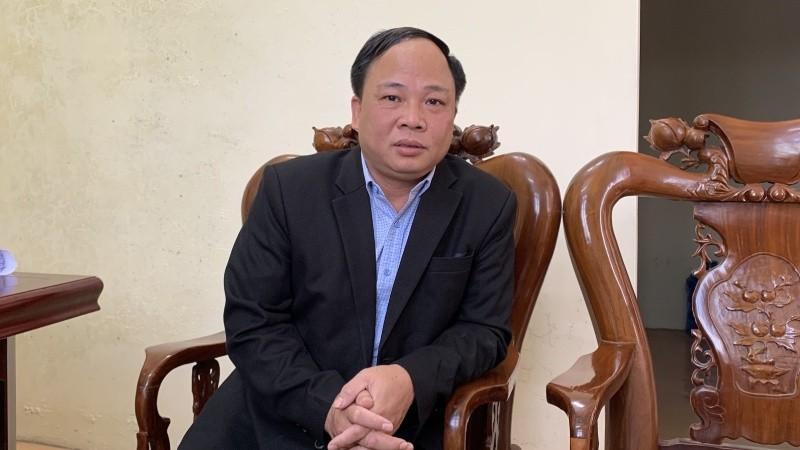 Ông Quách Văn Tuấn – Bí thư Đảng ủy xã Văn Tiến trao đổi sự việc với phóng viên