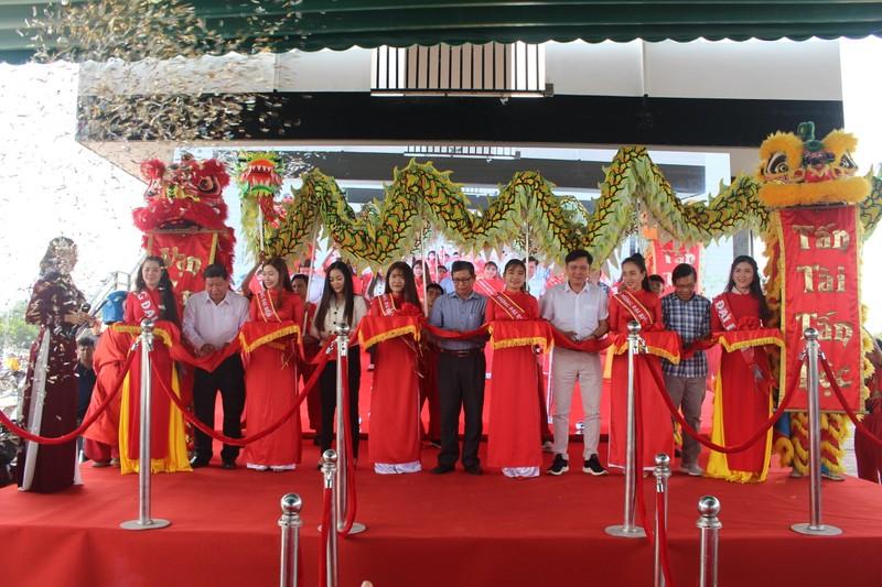 Khánh thành chợ Hang Mai, trao 300 suất quà Tết cho người dân xã An Nhơn