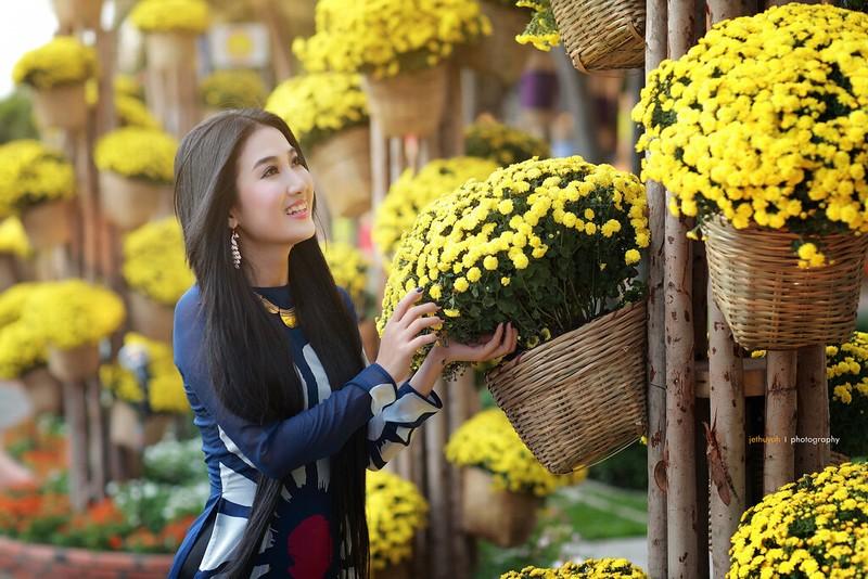 Người và hoa trên đường hoa Nguyễn Huệ