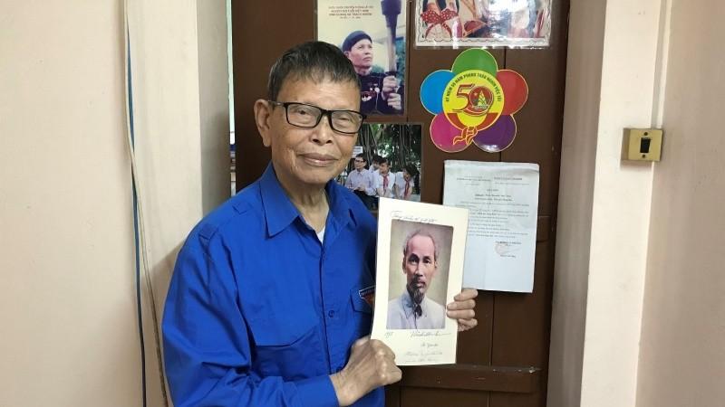 Ông Nguyễn Đức Thìn bên bức chân dung Bác Hồ