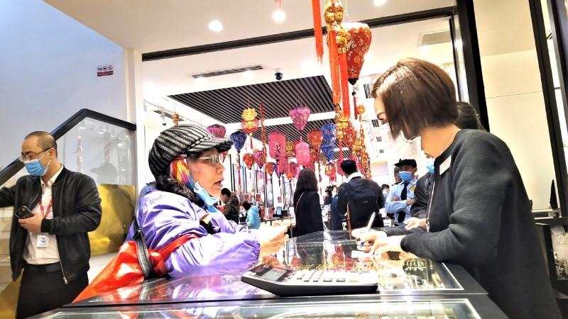 Lượng khách giao dịch mua, bán vàng trong sáng ngày Vía Thần Tài thưa hơn mọi năm do dịch bệnh nCoV