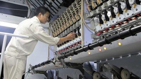Công nhân tại Nhà máy sản xuất xơ sợi polyester