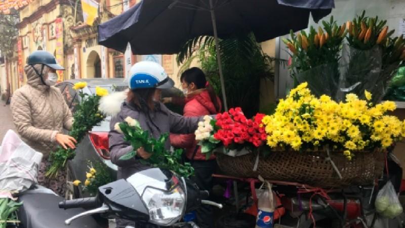 Giá hoa tuy có giảm so với ngày Tết nhưng vẫn đắt gấp 2-3 lần so với ngày thường