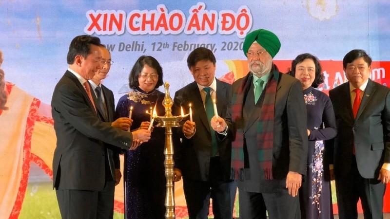 Phó Chủ tịch nước Đặng Thị Ngọc Thịnh và Ngài Hardeep Singh Puri - Quốc vụ khanh phụ trách Hàng không Ấn Độ tại Lễ công bố các đường bay thẳng kết nối hai quốc gia