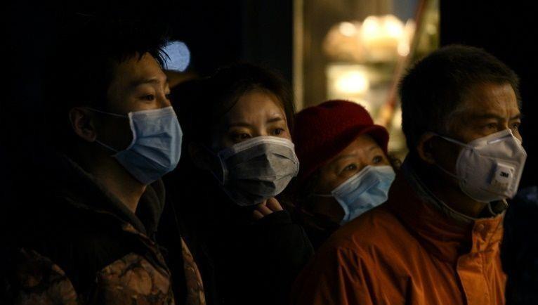Người dân đeo khẩu trang chờ mua đồ ở Thượng Hải.Người dân đeo khẩu trang chờ mua đồ ở Thượng Hải