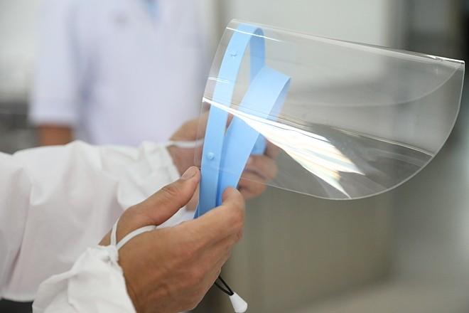 Nhân viên y tế chuẩn bị trang phục bảo hộ vào phòng chăm sóc bệnh nhân nhiễm nCoV tại Bệnh viện Chợ Rẫy. Ảnh: Hữu Khoa.