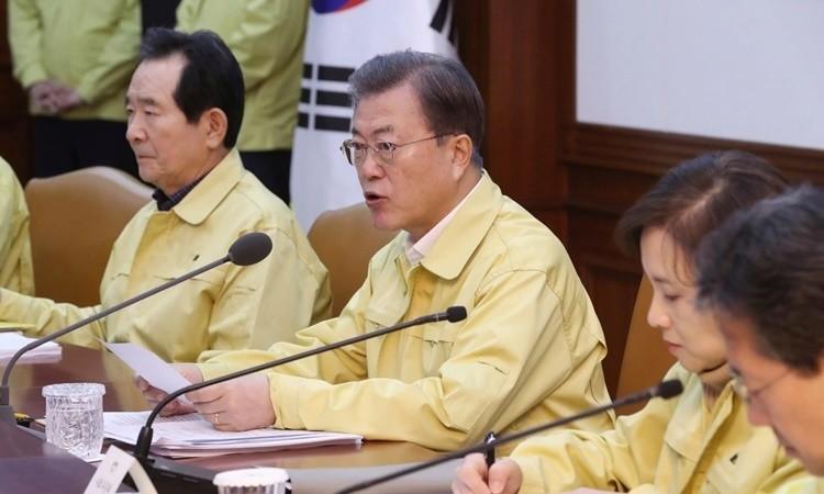 Tổng thống Hàn Quốc Moon Jae-in trong cuộc họp về đối phó với dịch Covid-19 hôm nay. Ảnh: AAP.