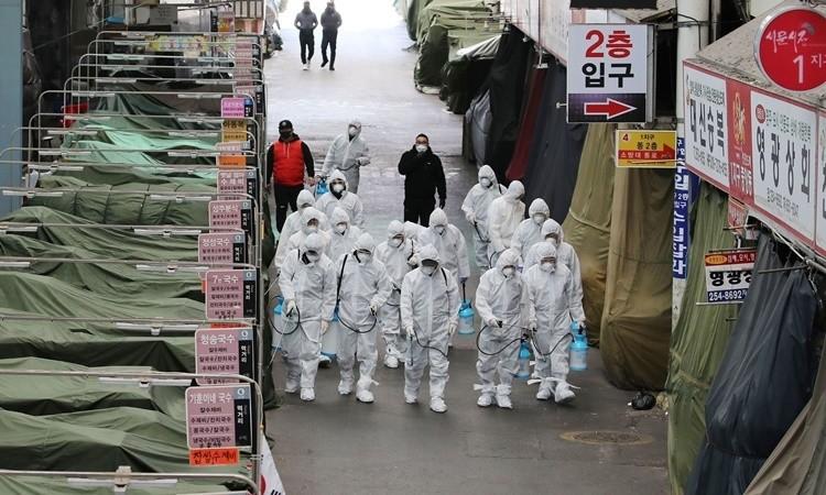 Nhân viên y tế tẩy trùng tại một khu chợ ở thành phố Daegu, phía đông nam Hàn Quốc. Ảnh: AFP.