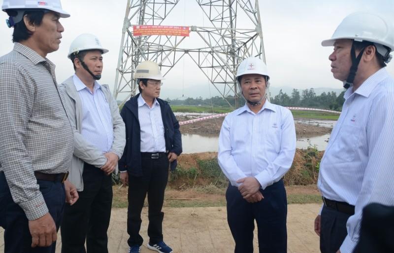 Đại diện chủ đầu tư  thường xuyên có mặt trên công trường để cùng các nhà thầu tháo gỡ khó khăn về tiến độ cho Dự án đường dây 500kV mạch 3