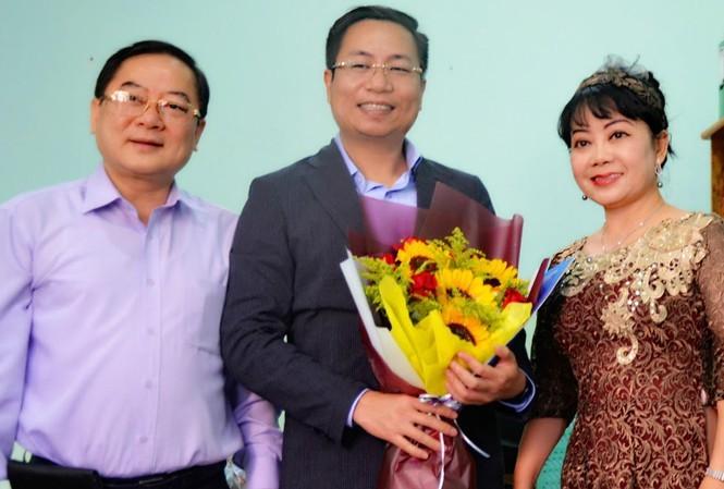 Nhà báo Phạm Đình Thắng (giữa) nhận hoa từ TBT Lê Xuân Sơn và nguyên Trưởng ban đại diện Hoàng Thiên Nga