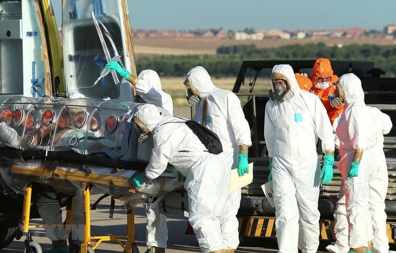 Chuyển bệnh nhân nhiễm COVID-19 tới bệnh viện Carlos III ở Tây Ban Nha. (Ảnh: AFP/TTXVN)